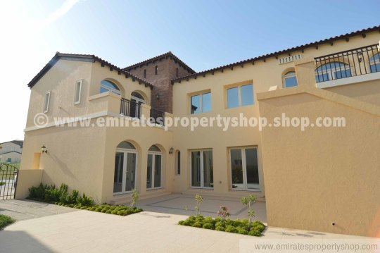 Dubai family villa for rent in golfing community